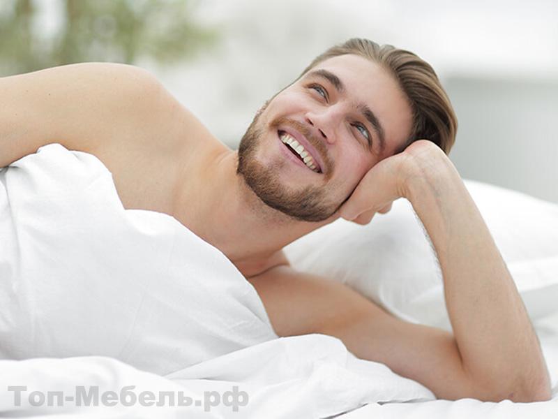 Мужчина лежащий на кровати